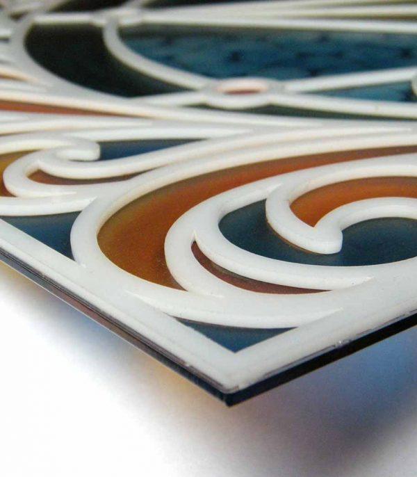 Buntglasfenster aus Plexiglas mit weissen Relief