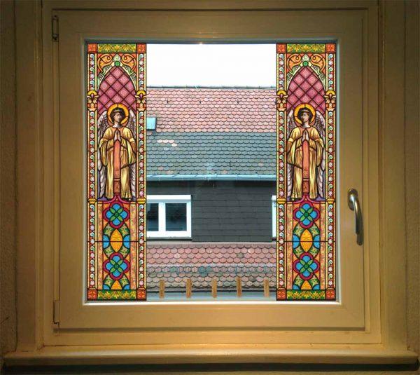 Fensterdekor Kirchenfenster aus selbstklebender Folie. Kirchenfenster als Sichtschutz - ein Beispiel