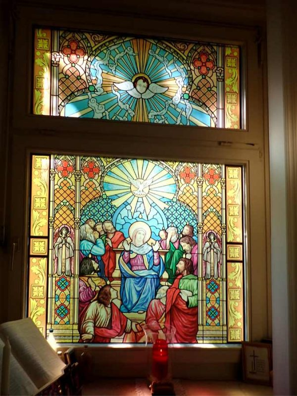 Buntglasfenster Kirchenfenster als Sichtschutz und Fensterdekor. Ihr Buntglasfenster aus selbstkleibender Folie.