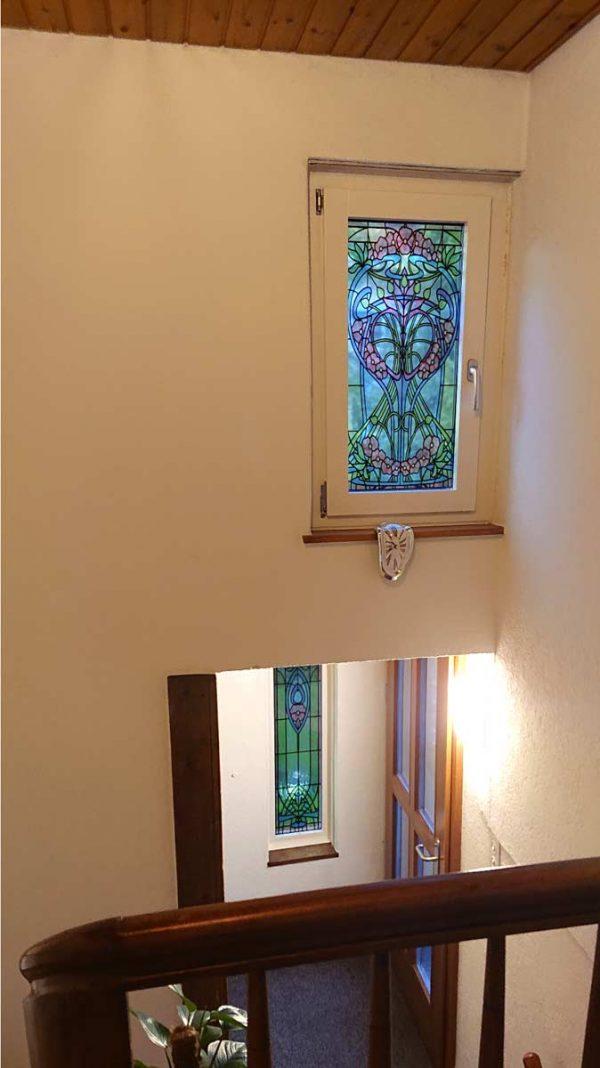 Buntglas Fensterfolie im floralen Jugendstil angepasst in eine schmale Form, glänzend Laminiert
