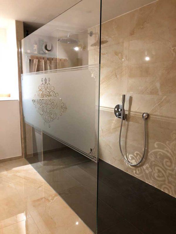 """Glasdekorfolie """"Victor"""" als Sichtschutz in einer Duschkabine"""